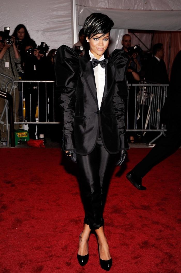 tenue soirée de célébrité, exemple vision blanc et noir de Rihanna, modèle de smoking noir pour femme avec chemise blanche