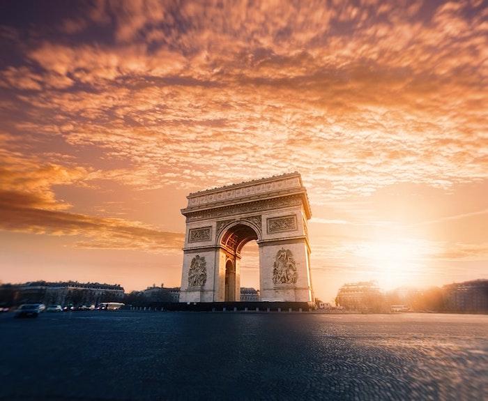 Paris l'arc de triumphe a coucher de soleil beau paysage urbain, image à utiliser pour fond d'écran libre de droit