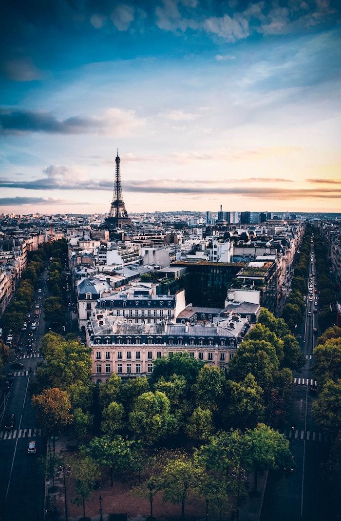 La tour Eiffel au coucher de soleil paysage fantastique, paysage urbain, la ville la plus belle du monde