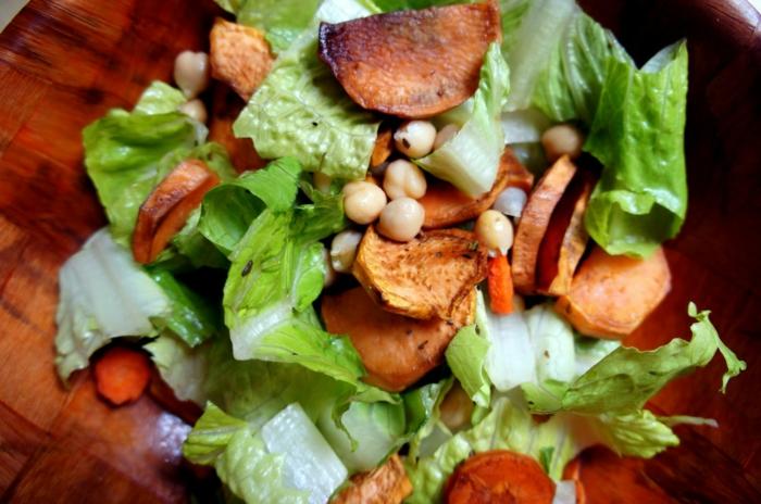 salade facile, patate douce rôtie, soja, laitue déchirée, salade romaine fraîche