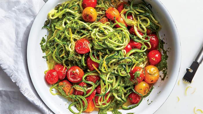 pâtes aux vermicelles de courgette à la sauce pesto et tomates cerise, recette légère pour le soir