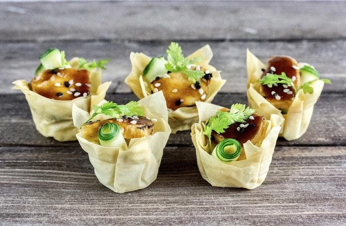 Table avec original entrée pâte et concombre, recette plat unique, idée de repas d anniversaire, bouchée à manger