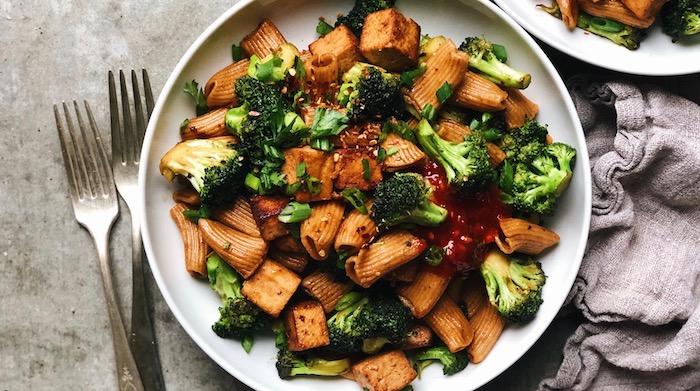 pâtes au broccoli et tofu, recette vegan facile et rapide avec de la sauce tomate, idée interprétation vegan d une recette italienne