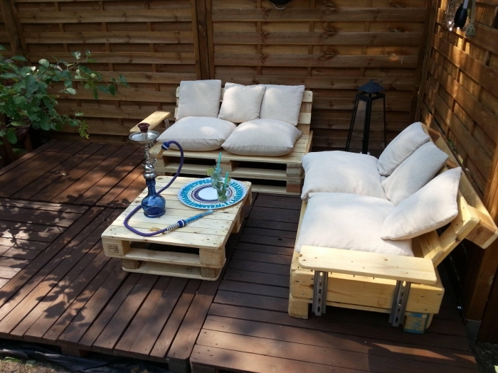 exemple comment aménager une terrasse avec banquette en palette, idée recyclage de palettes pour faire des meubles extérieur