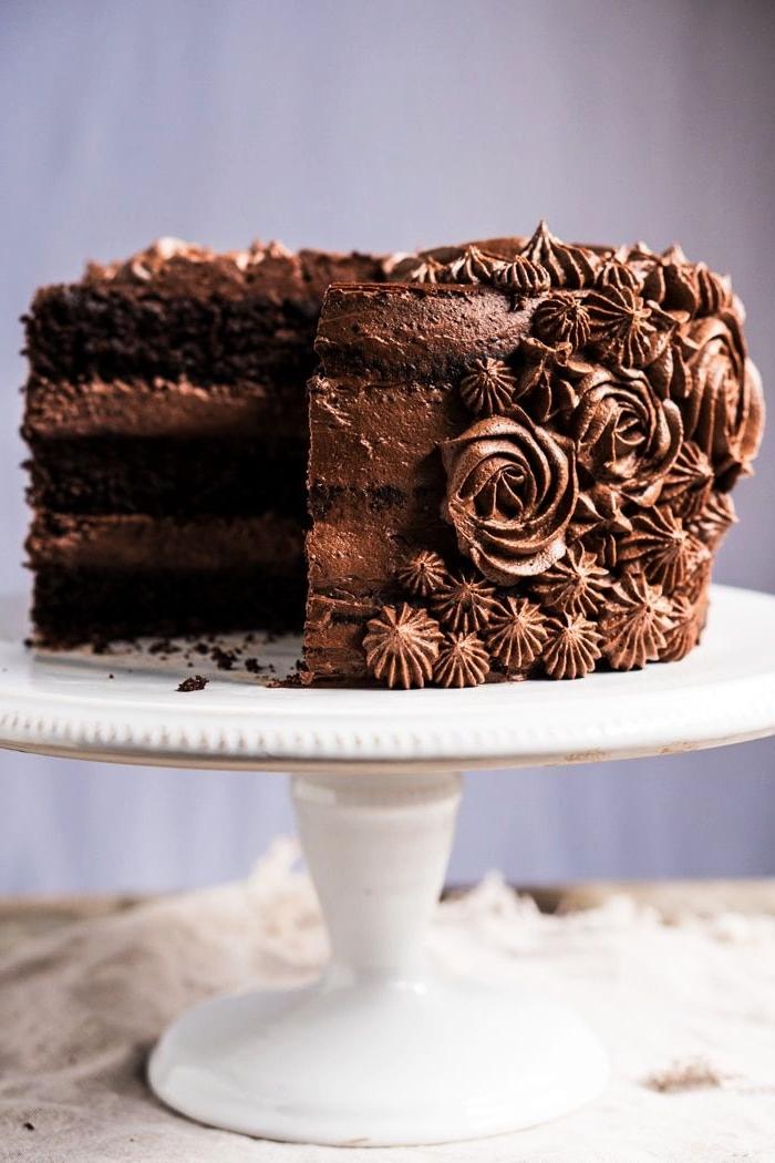 recettes gourmandes de la patisserie sans gluten, gâteau d'anniversaire sans gluten au chocolat d'une belle décoration