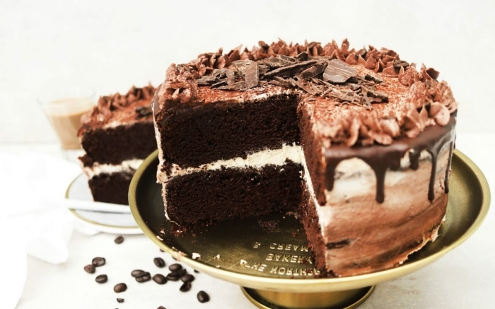 recette vegan de gâteau d'anniversaire au chocolat et espresso au glaçage de crème beurre vegan