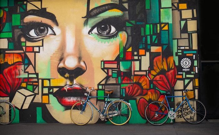 Street art beauté fantastique paysage printemps, paysage ville fond d'écran, graffiti de femme cubique style