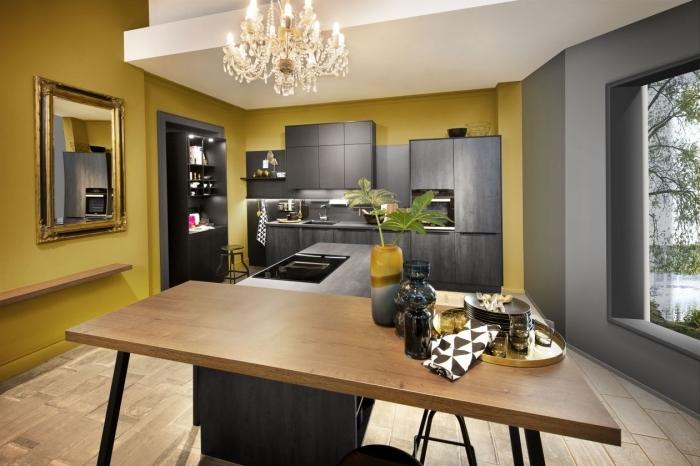 quelle peinture pour une cuisine, design intérieur contemporain dans une cuisine aux murs jaune moutarde et gris avec plafond blanc