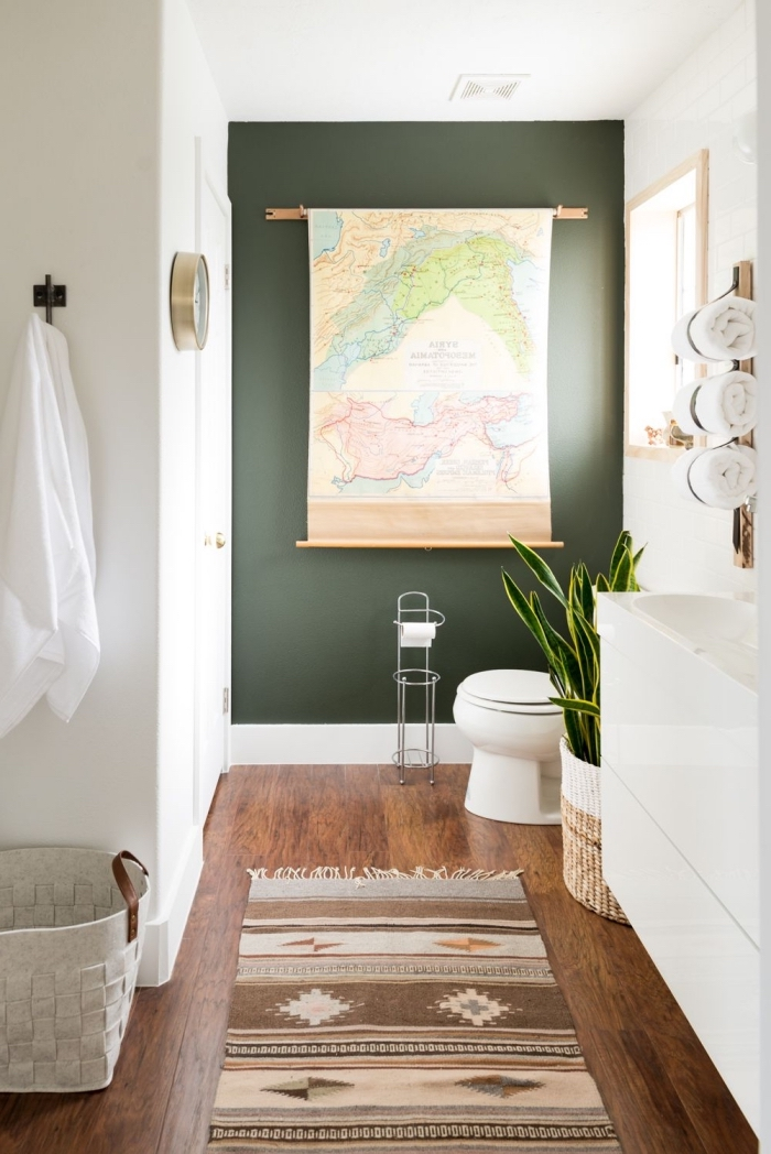peinture étanche salle de bain de couleur vert foncé, meuble salle de bain blanc sans poignées, porte-serviette de salle de bain
