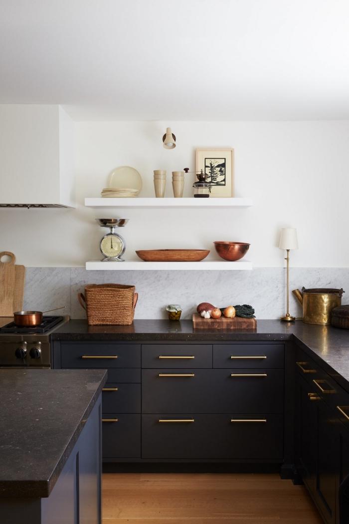 modele de cuisine moderne avec armoires en noir mate et poignées en or, idée rangement mural avec étagère bois blanc