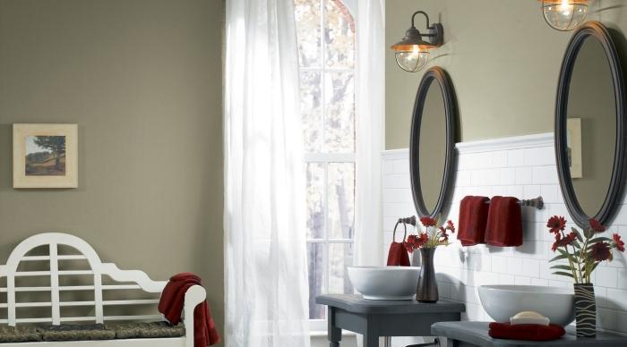 aménagement salle de bain double vasque, idée crédence salle de bain aux carreaux blancs, peinture vert kaki