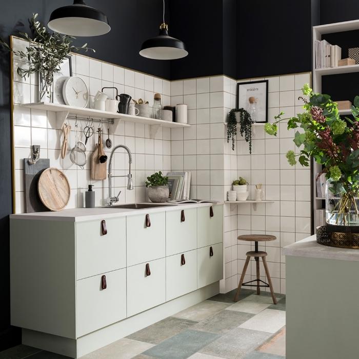comment décorer une cuisine aux murs noir mate avec meubles de couleur pastel, exemple crédence carreaux blancs