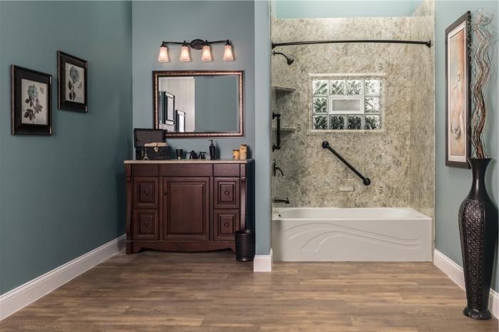 décoration salle de bain avec meubles bois foncé, peinture étanche salle de bain de nuance bleue, panneaux muraux effet pierre