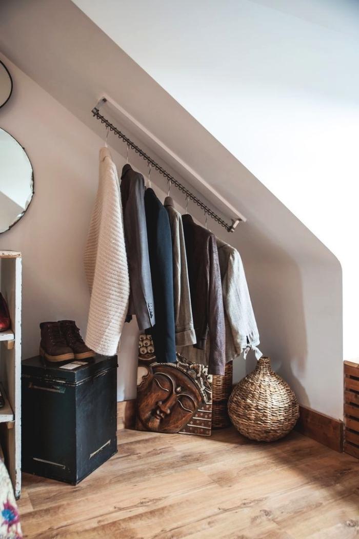 idée pour aménager un coin dressing sous pente avec barre de penderie fixée au mur