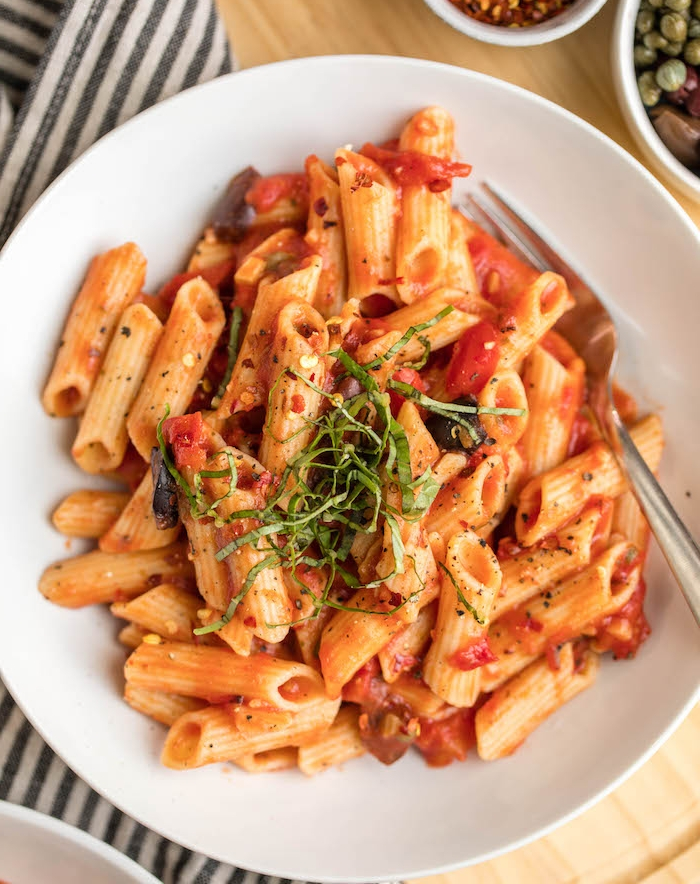 penne à la sauce tomate et basilic avec olives, poivrons et piments, recette d été facile et rapide italienne