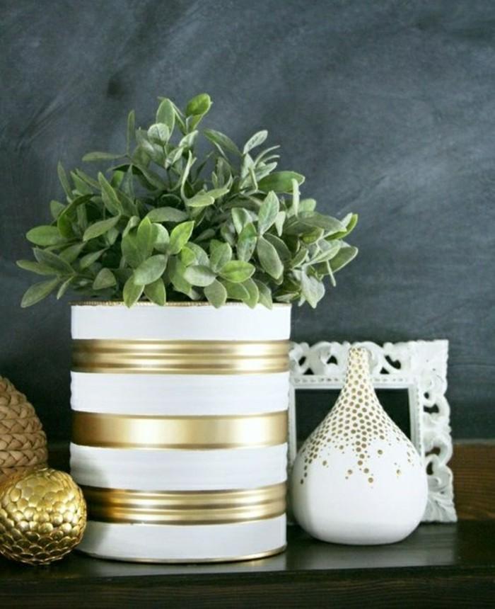 modèle de pot à fleur DIY en boîte de conserve personnalisée avec peinture blanche et peinture dorée, activité manuelle pour printemps