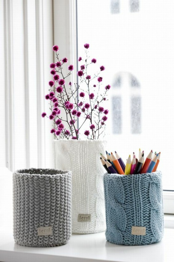 idée recyclage boite de conserve aluminium, décorer une canette avec tricotage, modèle porte-crayon fait main
