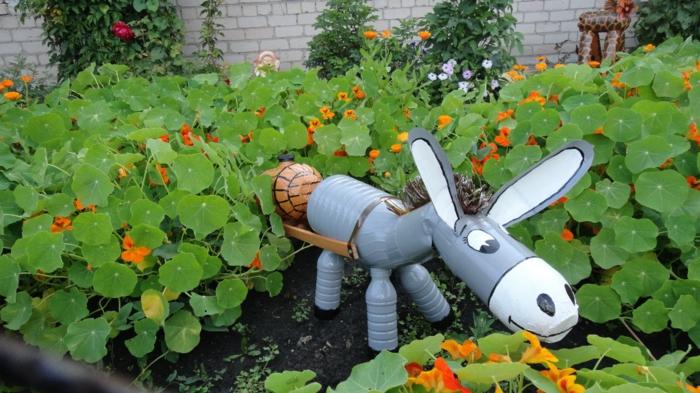 petit an à partir de bouteilles plastiques, grand parterre de fleurs, idée de déco jardin avec objets récup