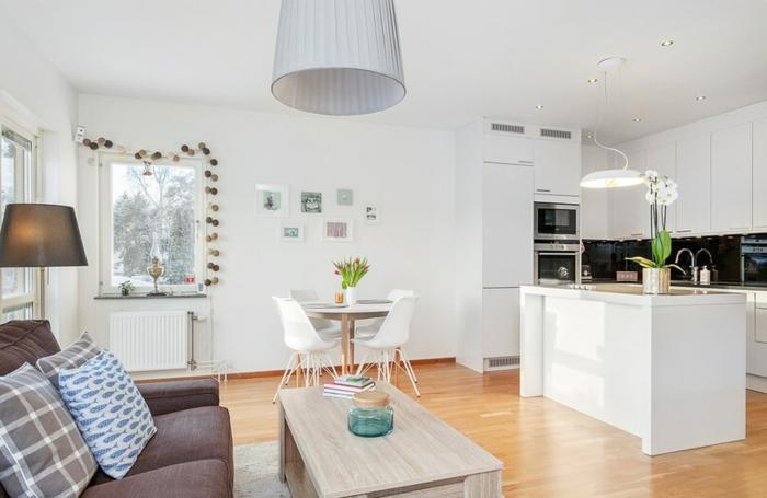 kitchenette ikea pour petit appartement scandinave, sofa gris, table de repas ronde, chaises blanches