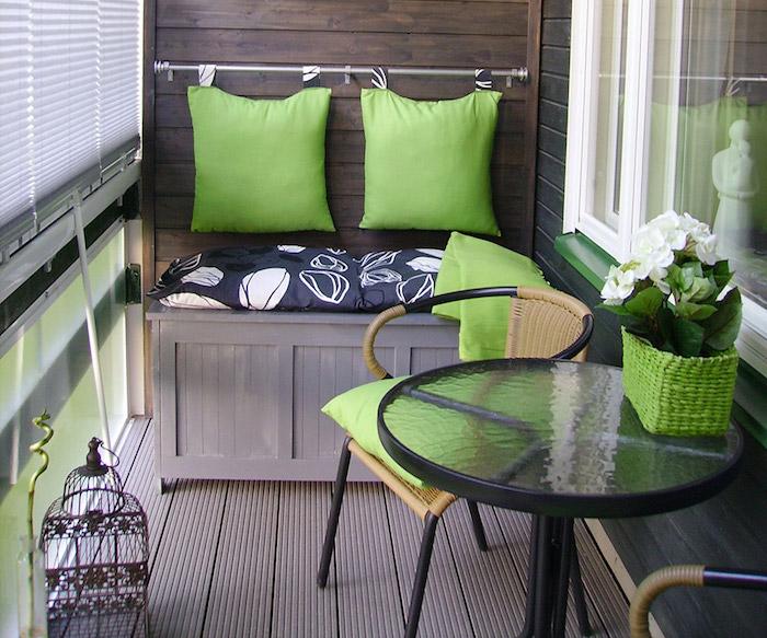 bancquette de balcon en bois avec des coussins de dos verts, petit table ronde de balcon, revetement sol teck, chaises de balcon design