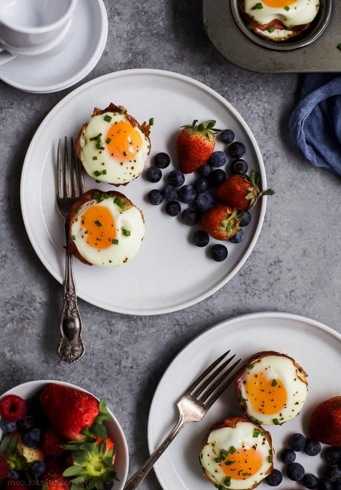 recette avec des oeufs pour un petit déjeuner protéiné de bacon croustillant et d'oeufs, des coupelles de bacon et d'oeufs