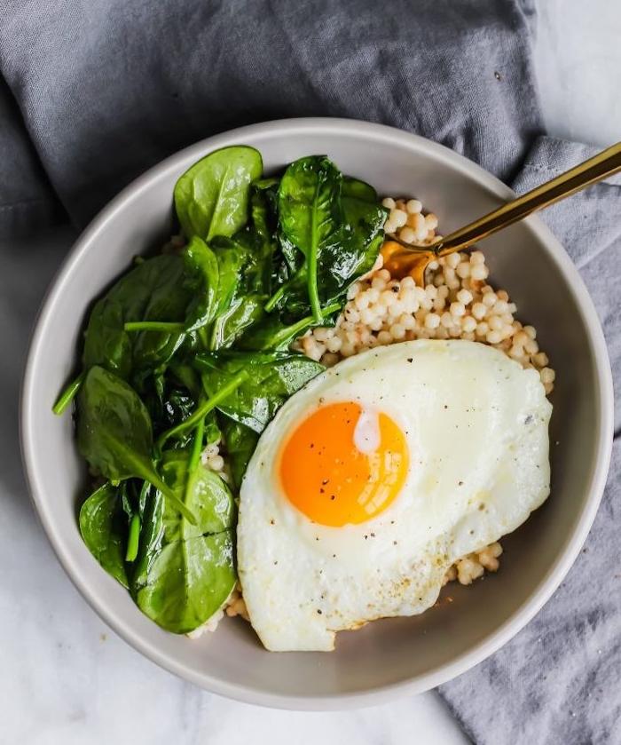 bol de couscous aux épinards et oeuf, idée de petit déjeuner sain et protéiné, bil d'énergie