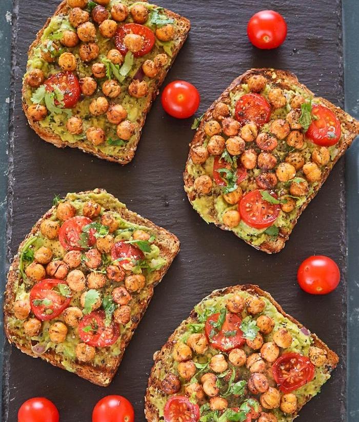 idée de petit déjeuner vegan, toast aux pois chiches et une crème d avocat et basilic, plats végétariens