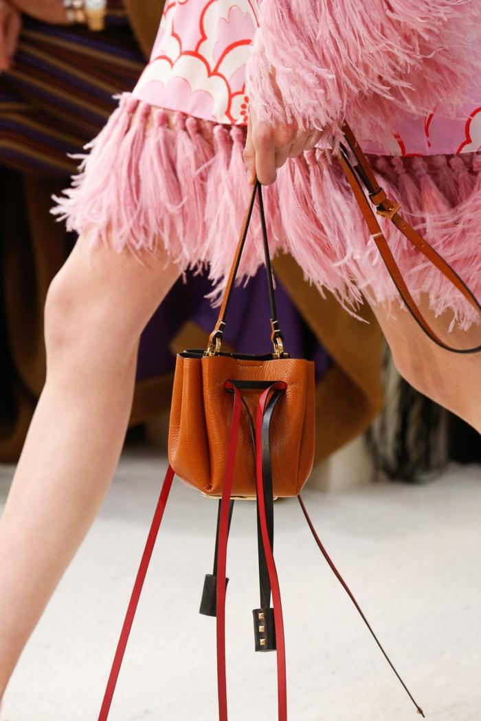 sac a main de marque, pièce originale, sac en cuir marron avec franges en cuir, robe rose aux franges