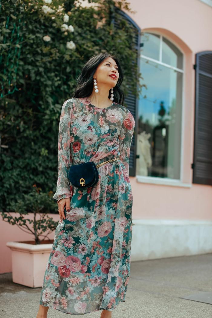 robe d'été légère motifs floraux, petit sac bleu, boucles d'oreilles pendantes blanches, maison rose