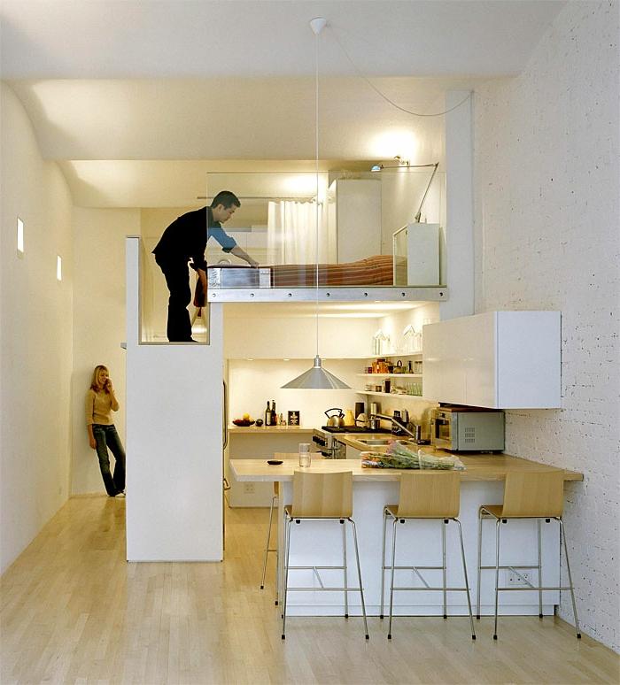 kitchenette pour studio, chaises de bar en bois, mezzanine blanc, rambarde en verre