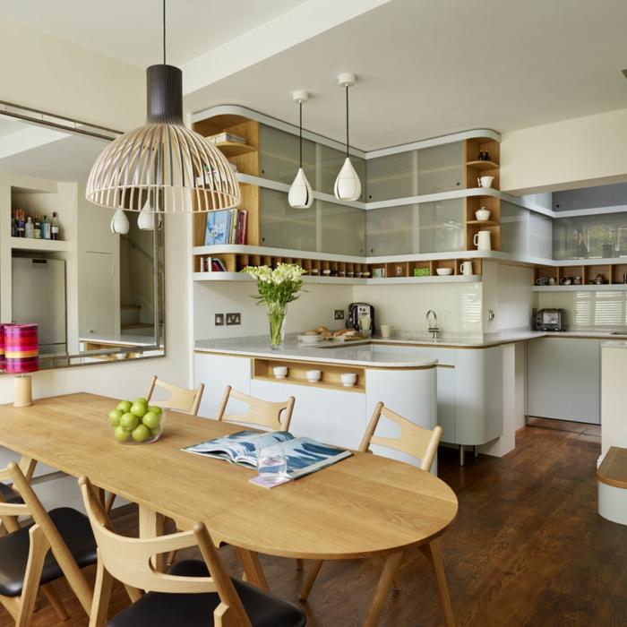 coin cuisine blanche, étagères en bois, table de repas ovale en bois, chaises en bois clair, lampe bambou, sol planches de bois