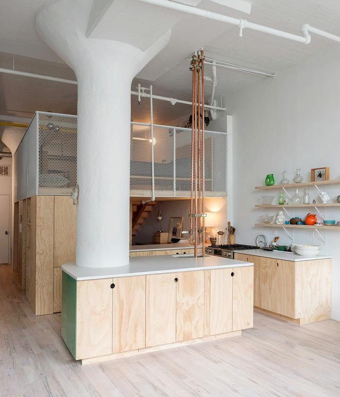 studio etudiant moderne, pilier blanc, plomberie apparente, petit studio à deux niveaux, étagères murales