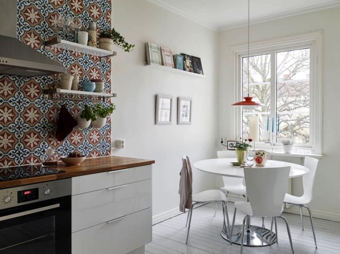 revêtement mural pour cuisine en carreaux de ciments aux motifs marocains, une crédence cuisine carreaux de ciment qui monte jusqu'au plafond, aménagement d'une petite cuisine de style scandinave