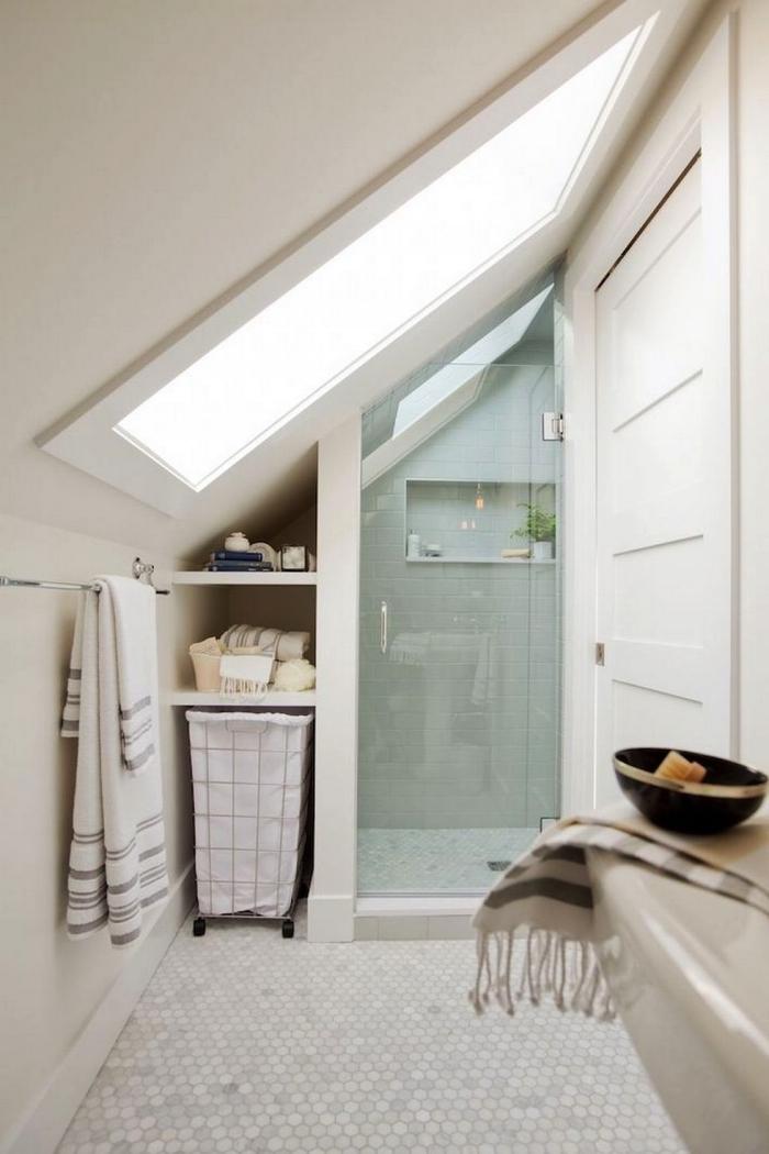 aménagement d'une petite salle de bains mansardée équipée de douche italienne et d'etagere sous pente intégrée au mur
