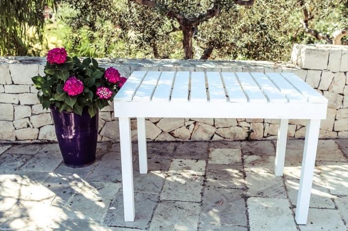 mobilier extérieur fait main en bois, table en palette peinte en blanc, idée recyclage palettes facile à réaliser