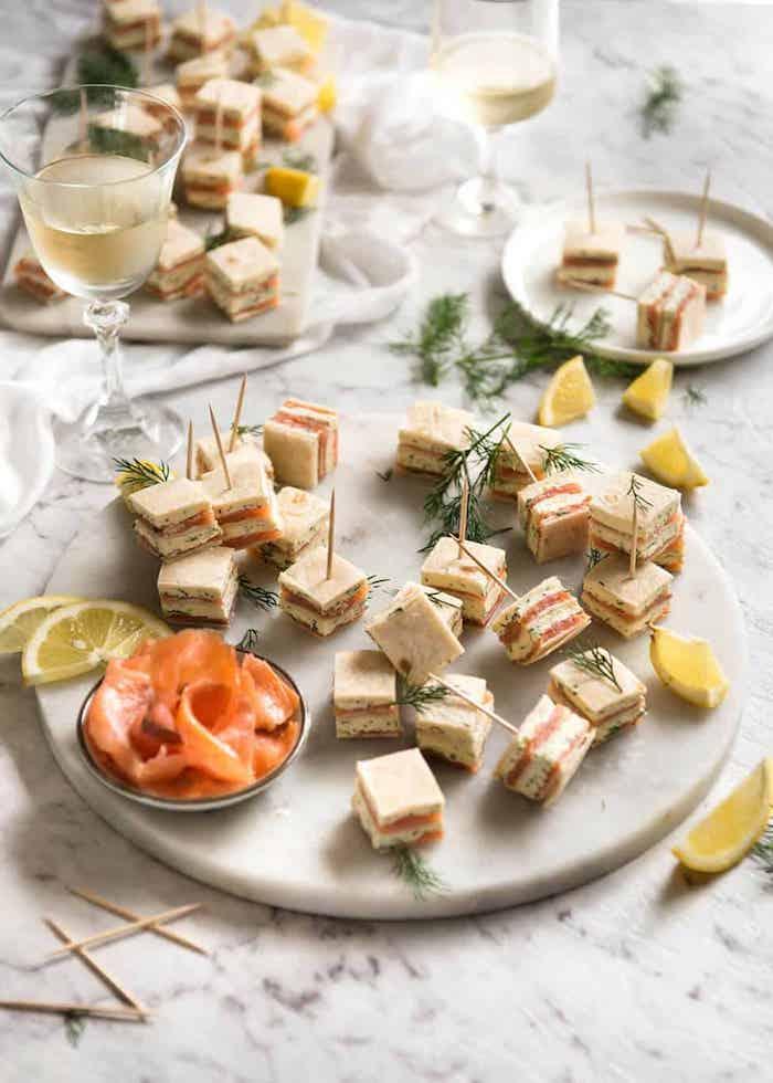 Saumon sandwiches plat convivial, amuse bouche apéritif facile, idée de repas d anniversaire,