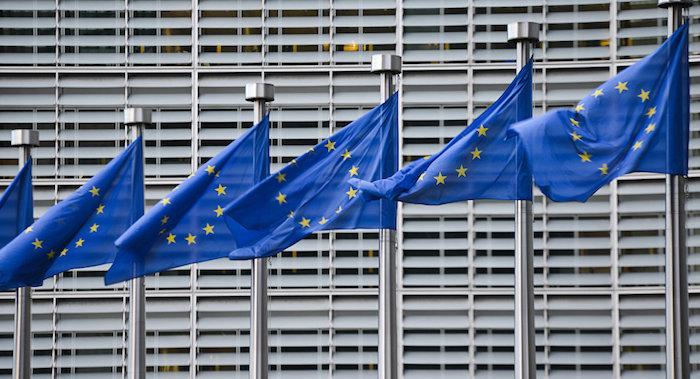 photo drapeaux européens à la commission européenne de bruxelles avec plainte de spotify contre apple pour pratique anticoncurrentielles antitrust