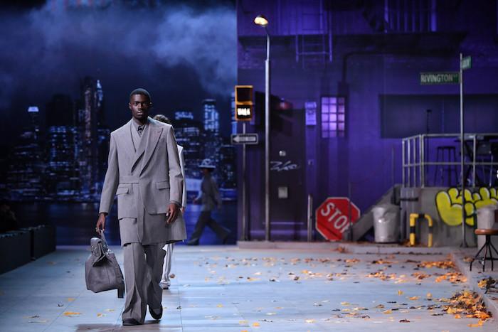 image du défilé Louis Vuitton automne hiver 19 par Virgil Abloh avec articles hommage à Michael Jackson lors de la fashion week de Paris en janvier 19