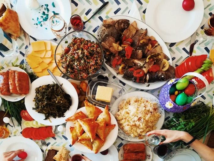 Social apero dinatoire pour 20 personnes, idée de repas d anniversaire, amis autour de la table de Pâques, oeufs colorés