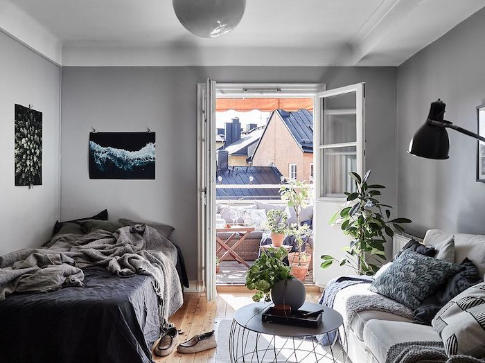 salon et chambre à coucher en gris et blanc, linge de lit gris, plaid, coussins et canapé nuances de gris, ouverture sur balcon cocooning