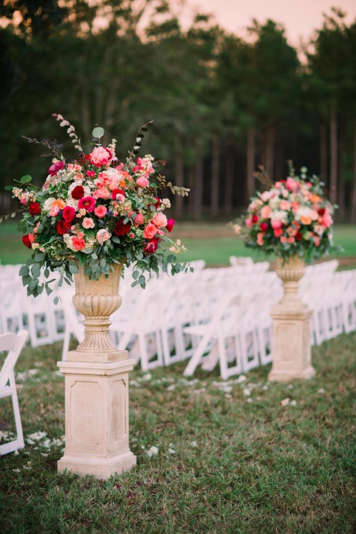piliers blancs, fleurs en grands bouquets texturés, mariage à l'extérieur, chaises blanches