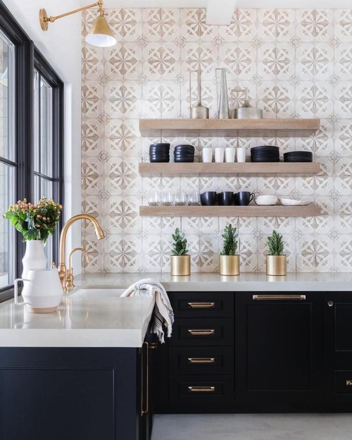 une credence carreaux ciments aux motifs subtils qui recouvre le mur entier, rehaussée par les meubles de cuisine bleu nuit et les accents en laiton