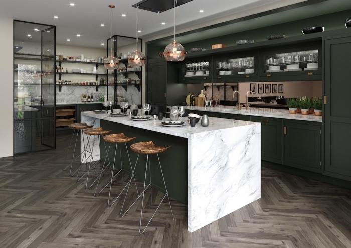 cuisine moderne bois, agencement cuisine avec îlot central en vert foncé et marbre, meuble rangement mural en fer