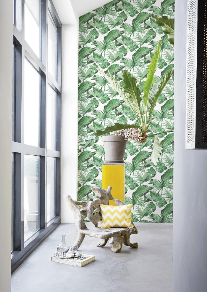 modèle salle de bain moderne en blanc avec pan de mur en papier peint design feuilles tropicales, coussin et meuble de rangement en jaune
