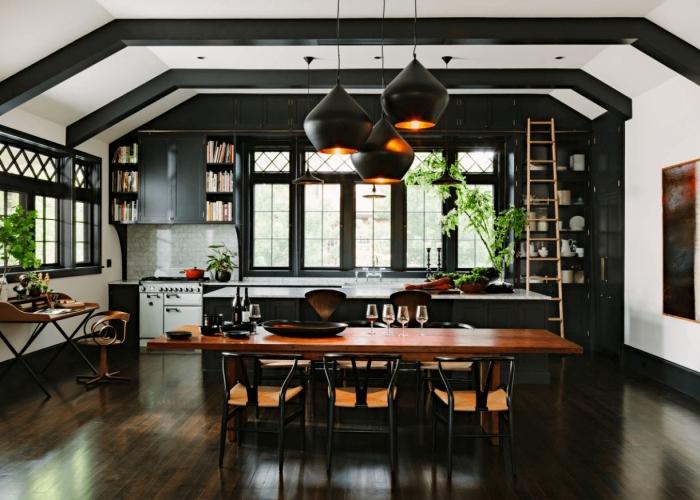 exemple de cuisine blanc et noir aménagée avec meubles bois foncé, idée crédence carreaux effet briques blanches