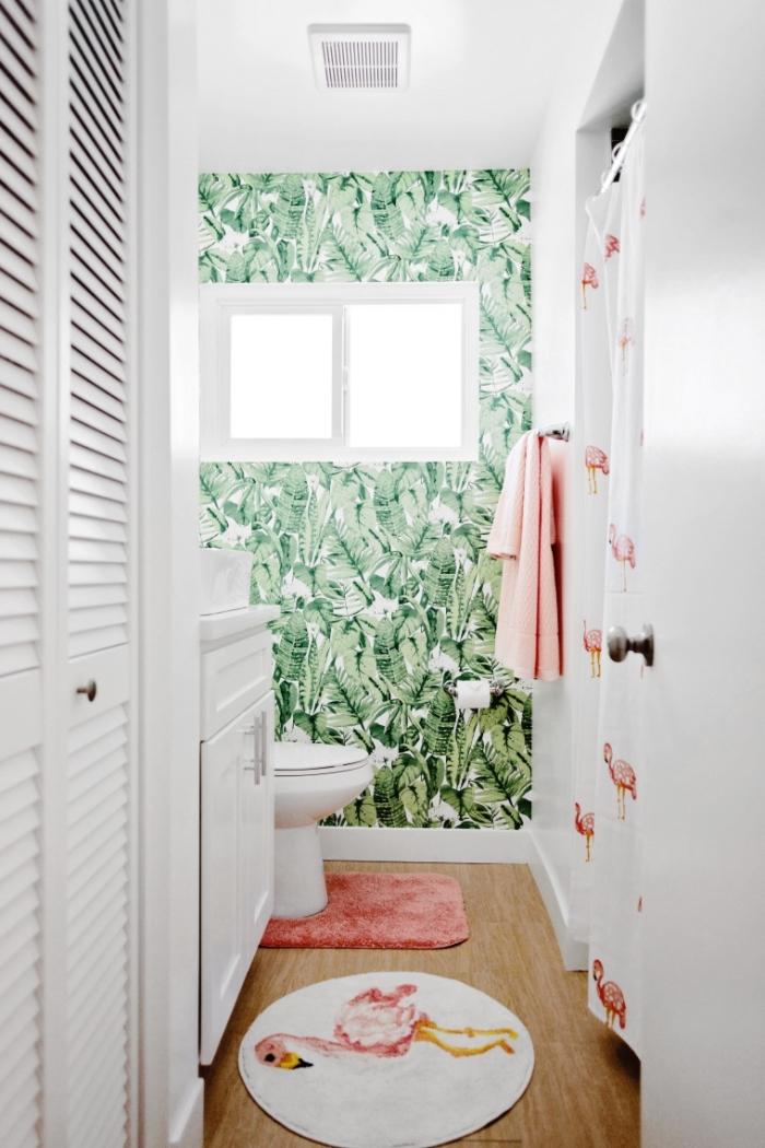 comment décorer une petite salle de bain moderne aux murs blancs avec pan de mur en papier peint motifs tropicaux