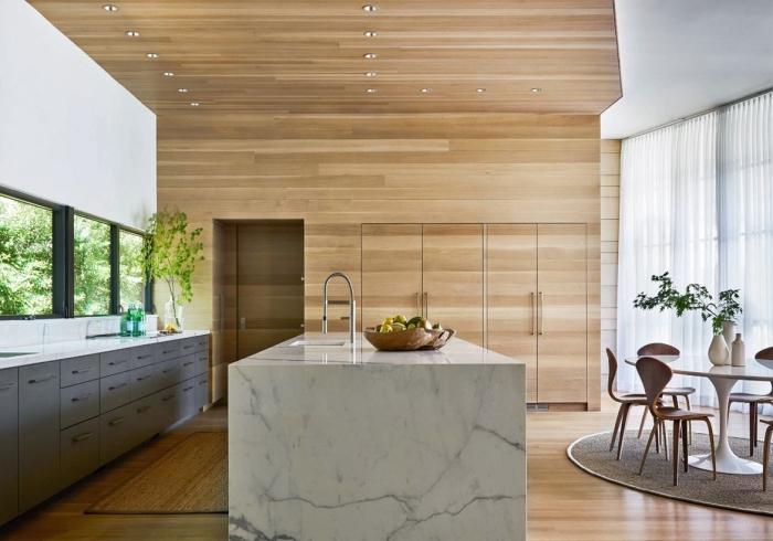 déco cuisine spacieuse avec îlot et table à manger, idée revêtement mural et plafond pour cuisine, meubles bas en gris
