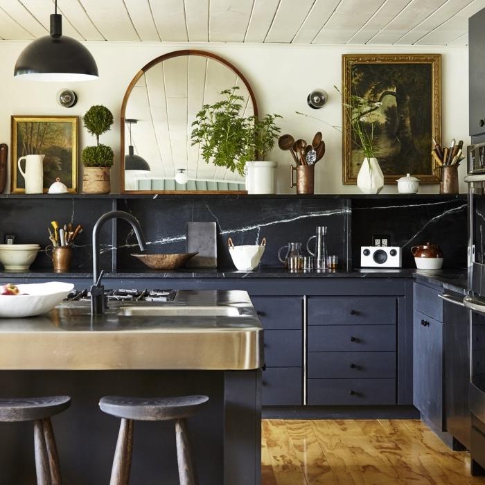 modèle de cuisine aménagée avec meubles en bleu mate, agencement cuisine avec îlot central inox, rangement cuisine mural