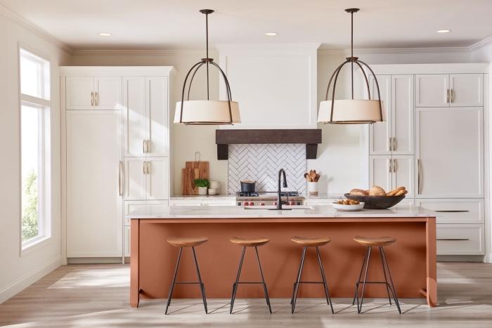 décoration cuisine moderne avec îlot central en couleur terracotta, meubles de cuisine blancs avec poignées argent