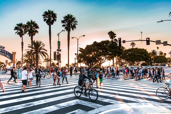 L'allée pour aller à la plage à Santa Monica, pleine de gens, palmes hautes, japon paysage, asiatique paysage ville, chouette fond d'écran iPhone